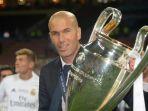 pelatih-real-madrid-zinedine-zidane-mengangkat-trofi-liga-champions_20170412_073945.jpg