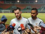 pelatih-timnas-indonesia-simon-mcmenemy-di-stadion-pakansari.jpg