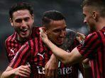 pemain-ac-milan-ismael-bennacer-merayakan-gol-bersama-davide-calabria.jpg