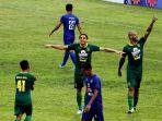 pemain-asing-persebaya-surabaya-mahmoud-eid-tengah-dan-david-da-silva-kanan.jpg