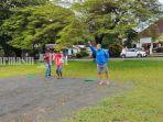 pemain-petanque-saat-melemparkan-boule-bola-besar-di-lapangan-di-jalan-a-yani-no-345-banjarbaru.jpg