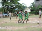 pemain-ssb-alam-hijau-banjarmasin-hijau-tengah-berduel-dalam-ajang-samarinda-soccer-seven-cup-u13.jpg