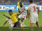 pemain-timnas-malaysia-mahamadou-sumareh-di-antara-tiga-pesepak-bola.jpg