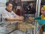 pembeli-di-toko-perhiasan-emas-perak-pasar-kalindo-banjarmasin-382020.jpg