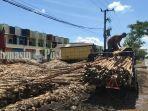 pembeli-kayu-galam-di-jalan-kelurahan-landasan-ulun-selatan-banjarbaru-senin-21062021.jpg