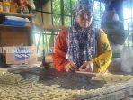 pembuat-kerupuk-gandum-di-desa-pingaran-ilir-kecamatan-astambul-kabupaten-banjar-08082021.jpg