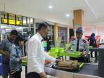 pemeriksaan-barang-bawaan-penumpang-pesawat-di-bandara-syamsudin-noor_20170403_213206.jpg