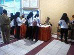 pemeriksaan-peserta-sebelum-masuk-ruangan-tes-skd-di-bkpsdm-kotabaru.jpg