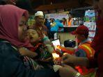 pemeriksaan-tiket-penumpang-km-kirana-tujuan-surabaya-jumat-86018-dini-hari_20180608_050435.jpg