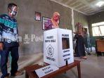 pemilih-memasukkan-kertas-suara-di-tps-1-desa-penghulu-marabahan-marabahan-batola-kalsel.jpg