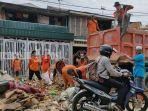 pengangkutan-sampah-pasca-banjir-bandang-di-barabai-kabupaten-hst-kalsel-23012021.jpg