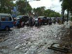 pengendara-menghadapi-kondisi-banjir.jpg