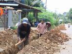 penggalian-saluran-untuk-pemasangan-pipa-pdam-tabalong_20171108_135840.jpg