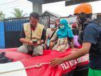 pengungsi-hamil-dievakuasi-menggunakan-perahu-karet.jpg