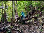 pengunjung-beristirahat-di-bangku-dari-bambu.jpg
