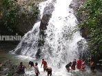 pengunjung-bermain-di-air-terjun-di-kawasan-bajuin-desa-sungai-bakar-kabupaten-tala-15042021.jpg