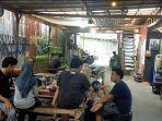 pengunjung-bersantai-di-kafe-oettara-koffie-banjarmasin.jpg