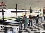 pengunjung-cangkir-coffee-jalan-mahligai-banjarmasin-berlatar-kolam-wahana-bebek-air-12062021.jpg