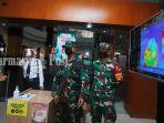 pengunjung-duta-mall-banjarmasin-diperiksa-menggunakan-thermo-scanner-sabtu-1362020.jpg