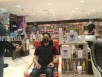 pengunjung-gramedia-q-mall-banjarbaru-kalsel-coba-alat-pijat-rabu-21102020.jpg