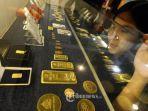 pengunjung-melihat-lihat-emas-batangan-sebelum-memutuskan-untuk-membeli-di-butik-emas.jpg