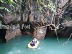 pengunjung-menikmati-kesejukan-air-sungai-di-dasar-gua-limbuhang-haliau.jpg