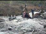 pengunjung-menikmati-sejuknya-air-terjun-janda-beranak-tiga-di-kabupaten-banjar-kalsel-07022021.jpg
