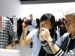 pengunjung-saat-memotret-iphone-6s-di-china_20150917_084508.jpg