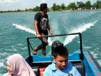 pengunjung-wisata-danau-biru-buatan_20180811_130120.jpg