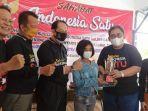 pengurus-sahabat-indonesia-satu-kalsel-serahkan-hadiah-kepada-seorang-pemenang-kontes-menyanyi.jpg
