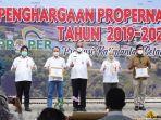 penjabat-gubernur-kalimantan-selatan-safrizal-za-menyerahkan-penghargaan-propernas-31032021.jpg