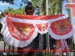 penjual-bendera-andi-di-trotoar-jalan-hm-noor-kota-barabai-kabupaten-hst-04082021.jpg