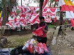 penjual-bendera-di-kawasan-taman-patung-itik-kota-amuntai-hsu-kalsel-senin-02082021.jpg
