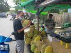 penjual-buah-durian-di-sampit-kabupaten-kotawaringin-timur-kalteng.jpg