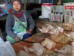 penjual-daging-ayam-di-pasar-ulin-raya-landasan-ulin-banjarbaru-kalsel-kamis-01072021.jpg