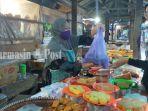 penjual-kue-tradisional-di-pasar-induk-kota-amuntai-kabupaten-hsu-kalsel-sabtu-21082021.jpg