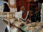 penjual-makanan-untuk-berbuka-puasa-di-salah-satu-tepi-jalan-di-kota-sampit-kamis-3042020.jpg
