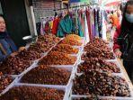penjual-menyiapkan-kurma-untuk-pembeli-di-pasar-tanah-abang.jpg