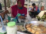 penjual-tahu-tek-dan-es-kelapa-muda-di-banjarmasin-melayani-pembeli-04.jpg