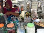 penjual-tahu-tek-dan-es-kelapa-muda-di-banjarmasin-melayani-pembeli-06.jpg
