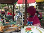 penjual-tahu-tek-dan-es-kelapa-muda-di-banjarmasin-melayani-pembeli.jpg