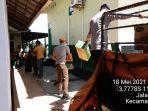 penurunan-logistik-bantuan-bpbd-tala-lrpada-korban-banjir-di-satui-selasa-kemarin.jpg