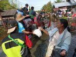 penyaluran-bantuan-untuk-korban-banjir-di-kabupaten-batola-oleh-tim-info-banjarmasin.jpg
