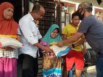 penyandang-disabilitas-di-desa-pandahan-terharu-menerima-bantuan-beras-dari-kapolri.jpg