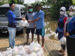 penyerahan-bantuan-dari-dpc-iwapi-kota-banjarmasin-yayasan-suaka-ananda-bpos-di-lokasi-banjir.jpg