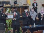 penyerahan-piagam-penghargaan-oleh-dprd-kalsel-untuk-pj-gubernur-kalsel-safrizal-za.jpg