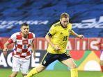 penyerang-swedia-dejan-kulusevski-memainkan-bola-selama-pertandingan-sepak-bola.jpg