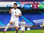 penyerang-timnas-uruguay-luis-suarez-mencetak-gol-ke-gawang-timnas-kolombia.jpg