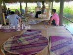 perajin-di-galeri-kembang-ilung-desa-banyu-hirang-kabupaten-hsu-provinsi-kalsel-sabtu-12122020.jpg