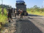 perbaikan-jalan-bukitrawi-kabupaten-pulangpisau_20180817_100605.jpg